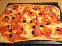 Pizza z papryka, salami