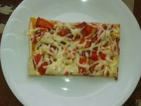 Pizza z salami pepperoni i papryką konserwową