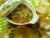 Tradycyjna zupa cebulowa z grzanką i serem rokfor