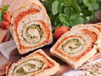 Rolada chlebowa z pesto pomidorowo-bazyliowym