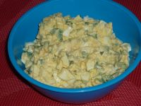 Sałatka jajeczna z cebulką i natką pietruszki