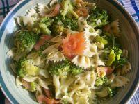Sałatka makaronowa z brokułem i wędzonym łososiem