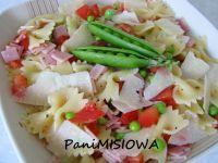 Sałatka makaronowa z młodymi warzywami i szynką