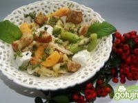 Sałatka owocowa z ziołowymi grzankami