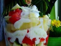 Sałatka warstwowa z sosem tzatziki