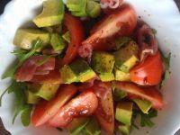 Sałatka z awokado, rukoli i szynki parmeńskiej
