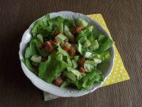 Sałatka z kabanosem i zielonym ogórkiem na sałacie