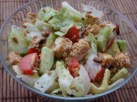 Sałatka z kurczakiem panierowanym w sezamie