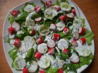 Sałatka z paluszkami krabowymi z sosem koperkowym