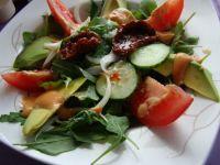 Sałatka z rukoli awokado i suszonymi pomidorami