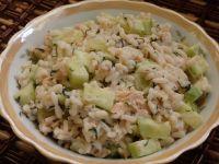 Sałatka z ryżem i łososiem w sosie koperkowym