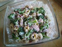 Sałatka z tortellini, szynką i brokułami