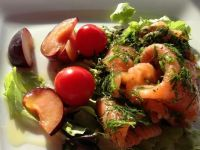 Sałatka z wędzonego łososia ze śliwkami.