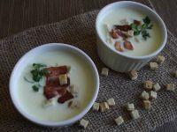 Serowa zupa z chipsami z bekonu i grzankami