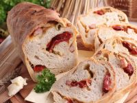 Serowy chleb z boczkiem oliwkami i pomidorami