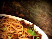 Spaghetti razowe z sosem pomidorowym i soczewicą