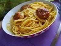 Spaghetti z sosem warzywnym i klopsikami