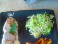 Steki z polędwiczki  na sosie serowym z surówka