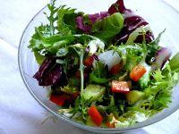 Surówka z sałaty z ogórkiem i papryka