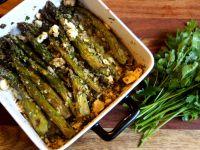 Szparagi pieczone z otrębami i serem bałkańskim