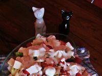 Szybka sałatka z fetą i sosem czosnkowym