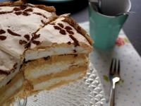 Tort bezowy z kawowym kremem