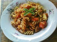 Tricolore z kurczakiem i sosem pomidorowym