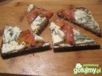 Trójkąty z łososiem i serem pleśniowym