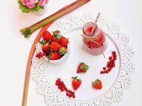 Truskawkowowo-rabarbarowo-porzeczkowe smoothies
