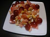 Twarożek z pomidorem, orzechami i winogronem