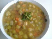 Wegańska zupa warzywna z dynią hokkaido, brukselką