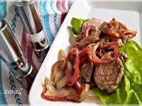Wieprzowa polędwiczka z papryką i cebulą
