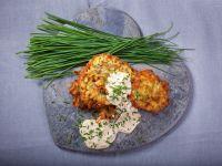 Wiosenne placki ziemniaczane z sosem serowym