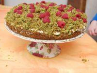 Wiosennie zielone ciasto z kremem i owocami