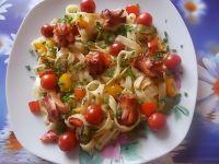 Wstążki z parówkami w towarzystwie warzyw