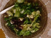 Zielona sałata z suszonymi pomidorami i fetą