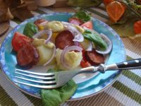 Ziemniaczana z grillowaną kiełbasą i pomidorem