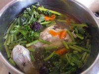 Zupa warzywna z fioletowym brokułem