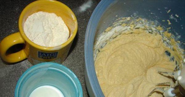Babka dwukolorowa. - Etap 1 - połączona margaryna z cukrem i żółtkami a obok mleko i mąka z proszkiem