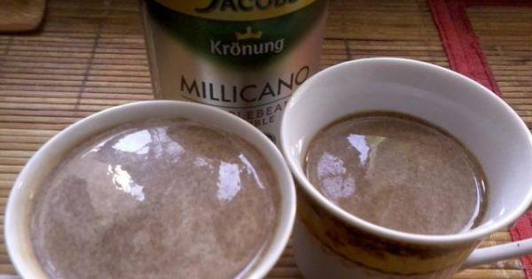 Bananowa kawa z bitą śmietaną i delicją - Tak przygotowaną kawę przelewamy do filiżanek