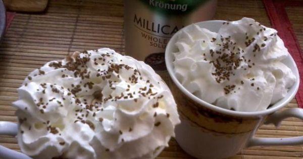Bananowa kawa z bitą śmietaną i delicją - Dekorujemy bitą śmietaną, posypujemy posypką kawową
