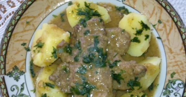 Bitki z piersi  kaczki w sosie własnym - Zdjęcie przedstawia przygotowane danie z piersi kaczki podane z ziemniakami