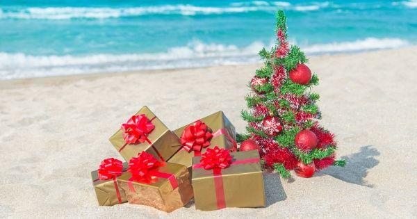 Plaża z prezentami i choinką
