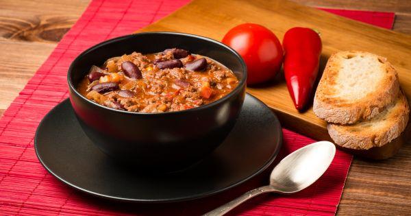 Chilli con carne z czerwoną fasolą podane w brązowej misce