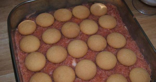 Ciasto z delicjami i galaretką - Na biszkopt wyłożyć tężejącą masę jabłkową i ułożyć biszkopty