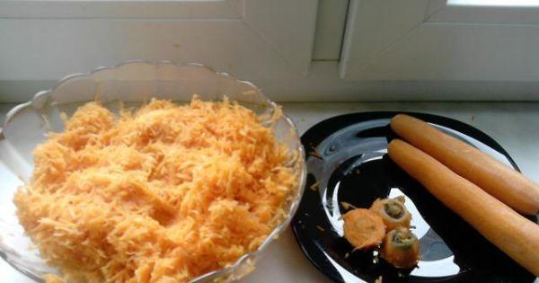 Ciasto z marchewką - Marchewki obieramy i ścieramy na drobnych oczkach, odstawiamy.
