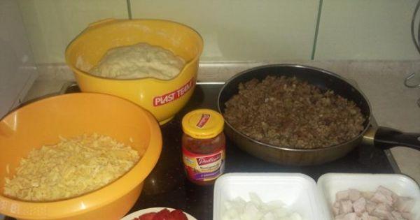 Domowa pizza z mięsem mielonym - Składniki niezbądne do przygotowania domowej pizzy z mięsem mielonym.