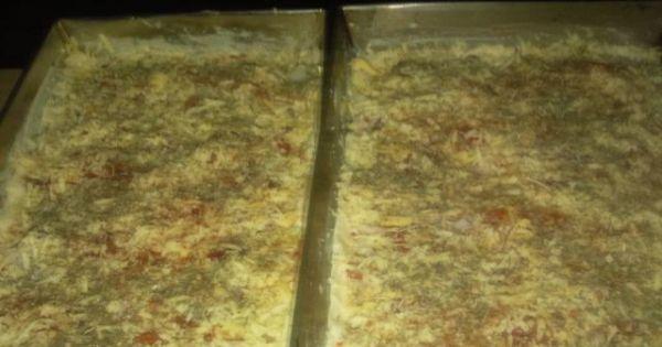 Domowa pizza z mięsem mielonym - Domowa pizza z mięsem mielonym tuż przed pieczeniem.