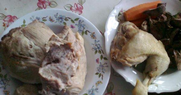 Domowy pasztet wieprzowo- drobiowy - Karkówkę, łopatkę, nogę z kurczaka oraz marchewkę gotujemy do miękkości w lekko osolonej wodzie. Wątróbkę gotujemy około 15 minut. Wyjmujemy z wywaru i studzimy.