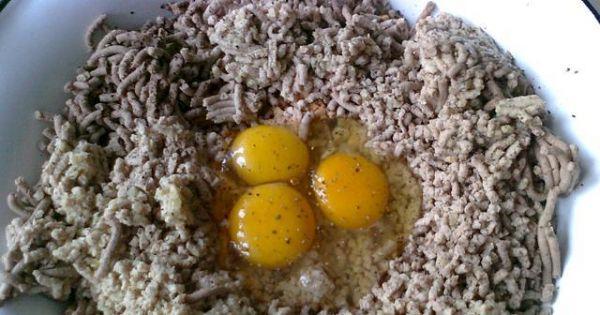 Domowy pasztet wieprzowo- drobiowy - Następnie wbijamy jajka, dodajemy przyprawy. Starannie ręką wyrabiamy masę, aby wszystkie składniki się połączyły.